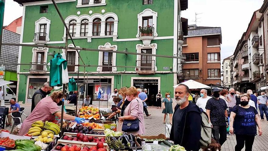 Un mercado con mucha fama: el actor Javier Gutiérrez y el deportista Felipe Reyes compran en Grado