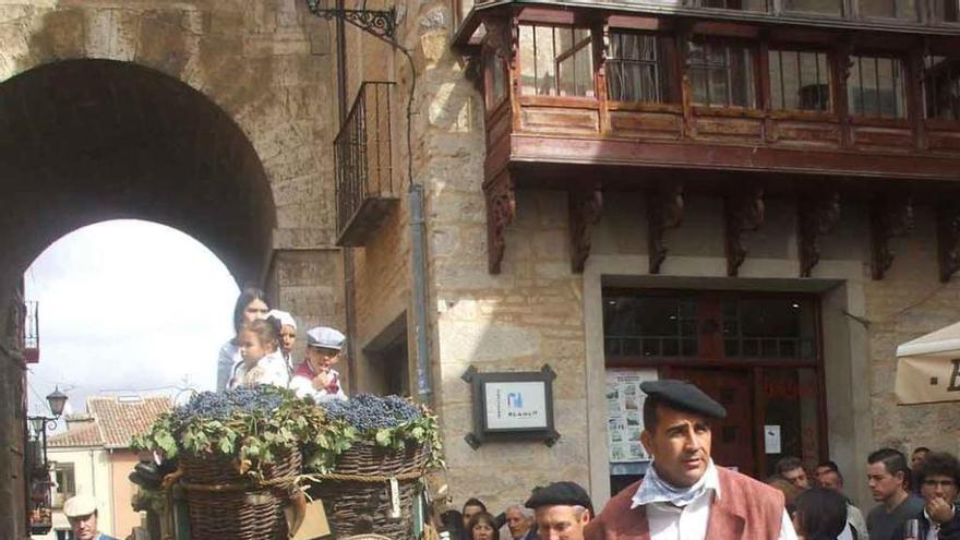 Toresanos desfilan con un carro engalanado en las fiestas. Foto