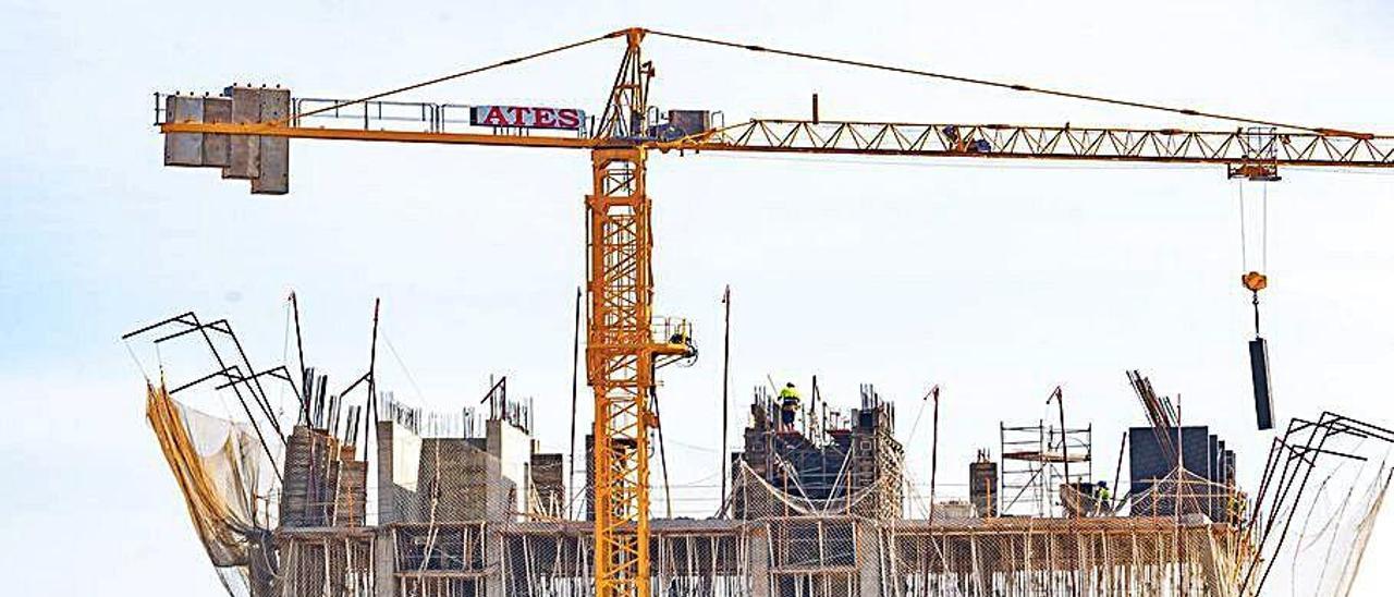 Estructura de un edificio de viviendas de lujo en construcción en Benidorm.