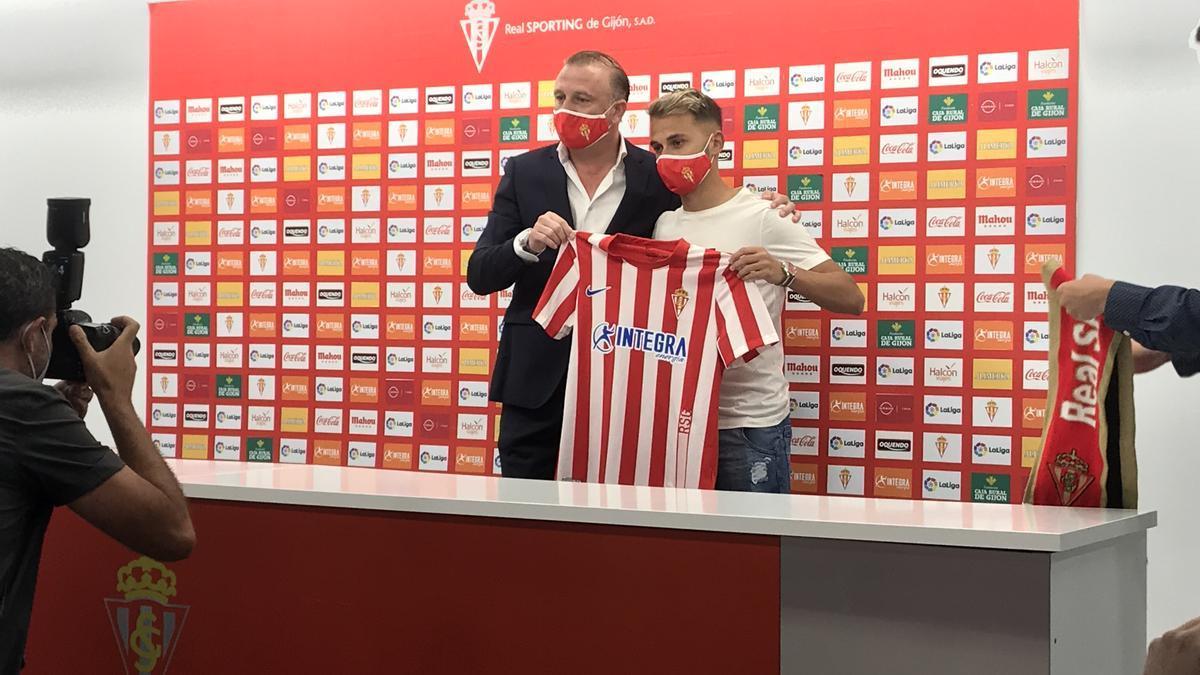 Fran Villalba, junto a Javi Rico en su presentación como nuevo futbolista del Sporting