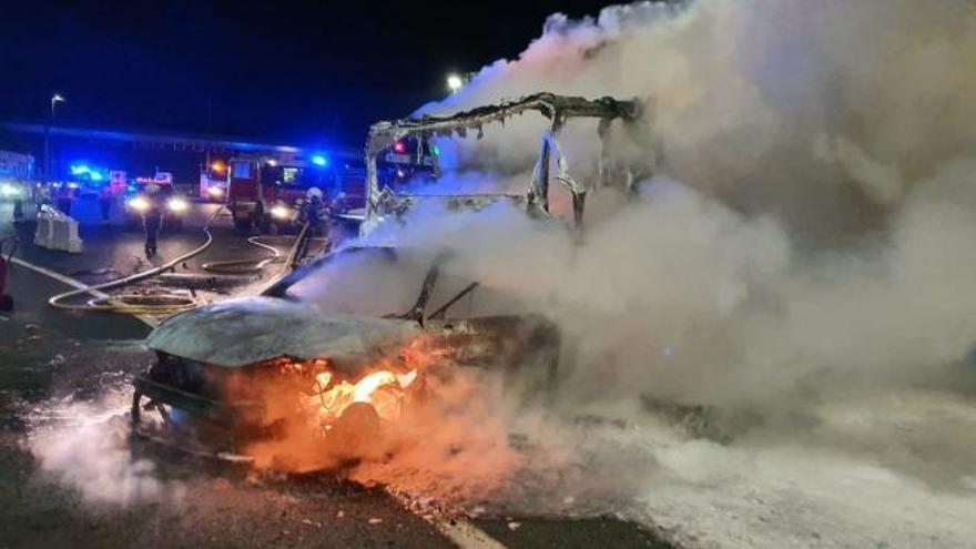 Dos muertos al arrollar un camión sin frenos a un coche parado y acabar en llamas