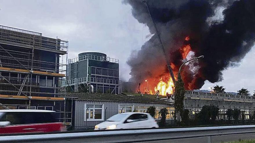 El incendio de Ence aviva el litigio de la empresa con el Concello de Pontevedra