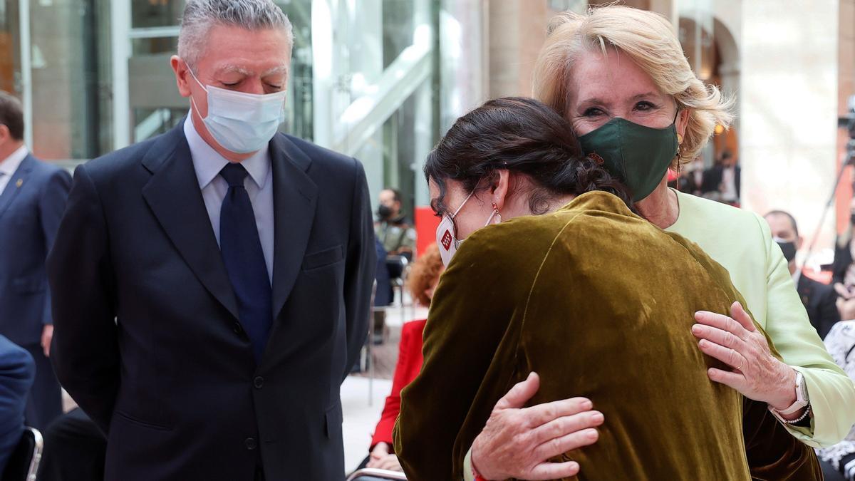 Ayuso abraza a Esperanza Aguirre en presencia de Gallardón el pasado Dos de Mayo