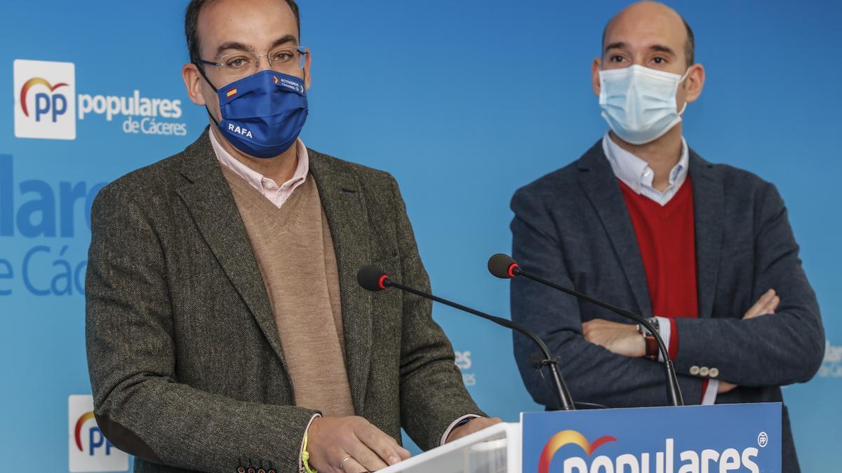 Los concejales Rafael Mateos y José Ángel Sánchez Juliá, este lunes.