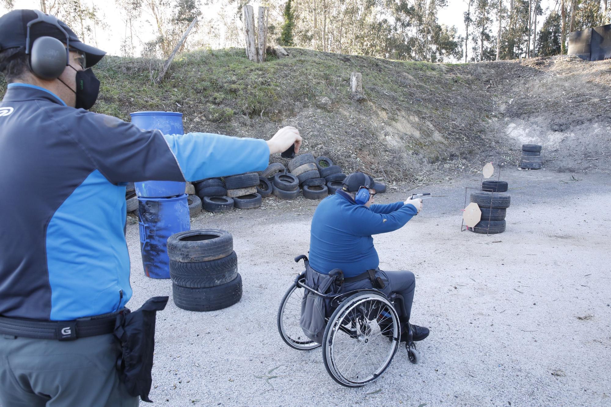 Socios del club de tiro Sogito durante sus prácticas.
