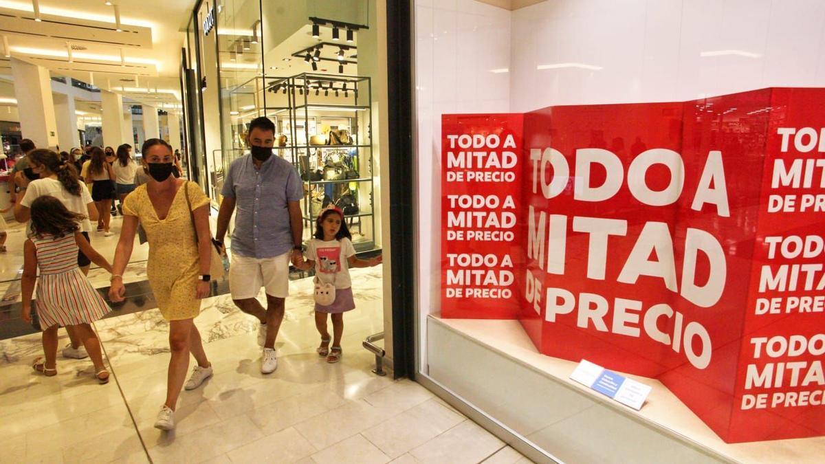 Los establecimientos comerciales ya están en el periodo de segundas rebajas de verano.