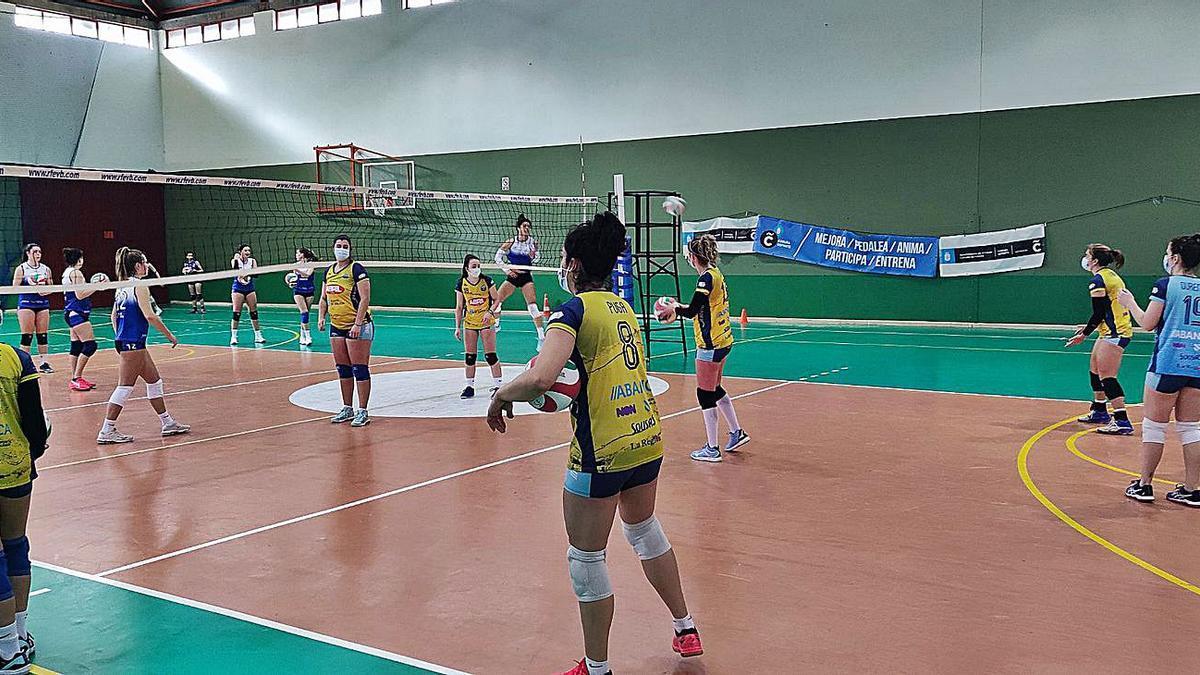 El equipo de voleibol Ourense durante el encuentro en A Coruña este domingo.    // FDV