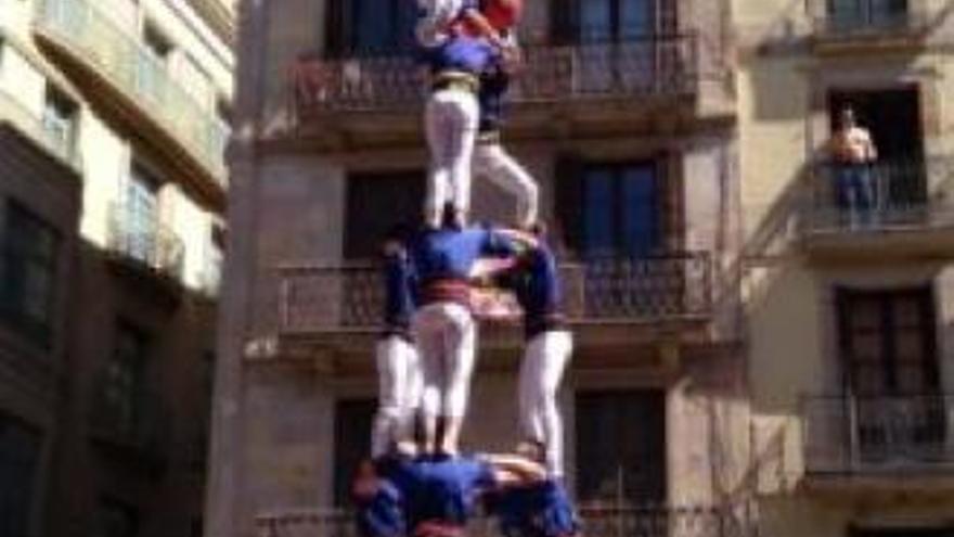 Els Castellers de Berga actuen al portal de l'Àngel amb la colla de Barcelona