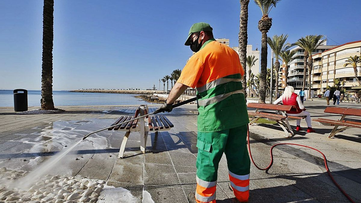 Torrevieja pays 19 million euros a year without a contract for a deficit garbage service.