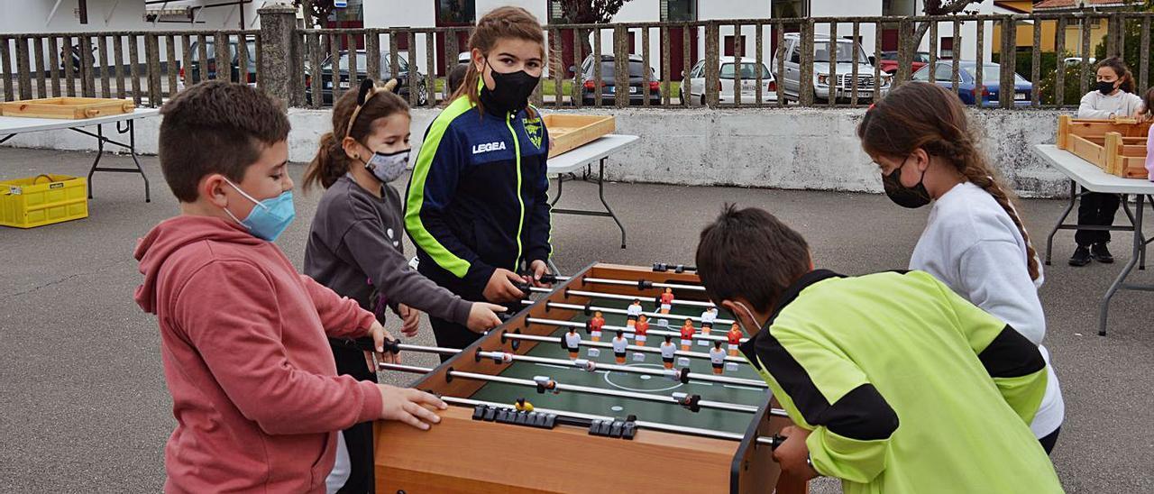 Varios alumnos del colegio Salvador Vega Berros, de Sariego, juegan al futbolín. | O. Pena
