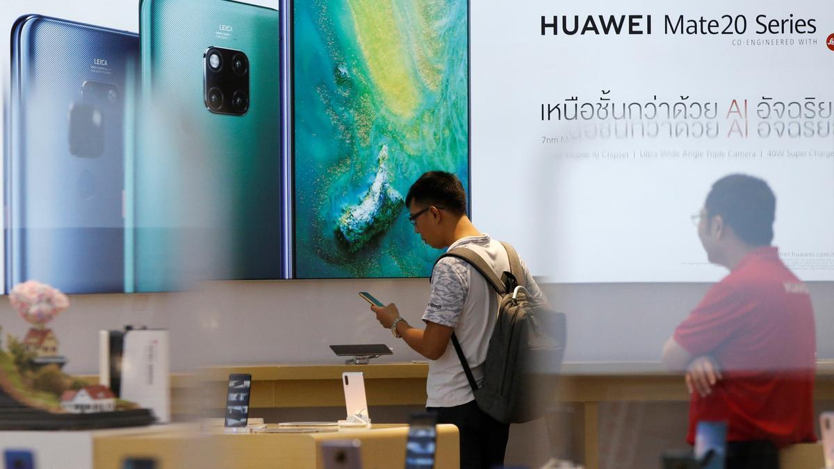 Clientes en una tienda de Huawei.