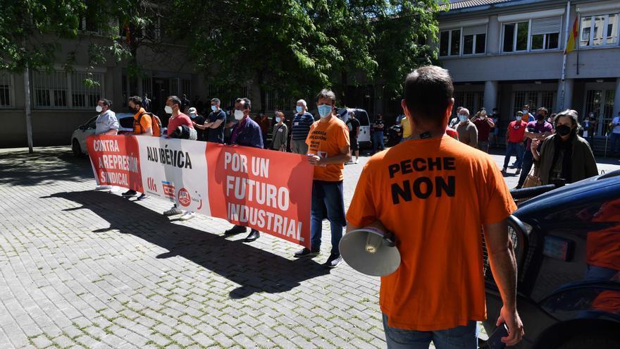 Decenas de trabajadores de Alu Ibérica se concentran ante la Audiencia de A Coruña