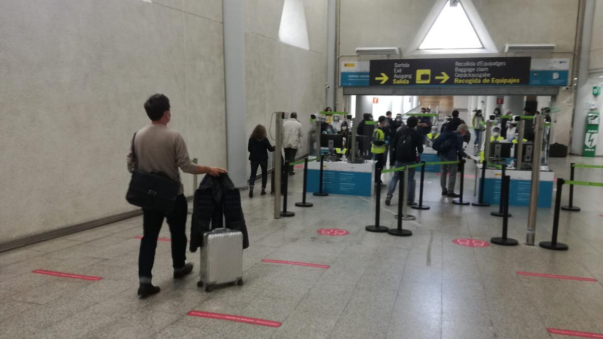 Pasajeros pasando el control sanitario para viajeros internacionales en Son Sant Joan.
