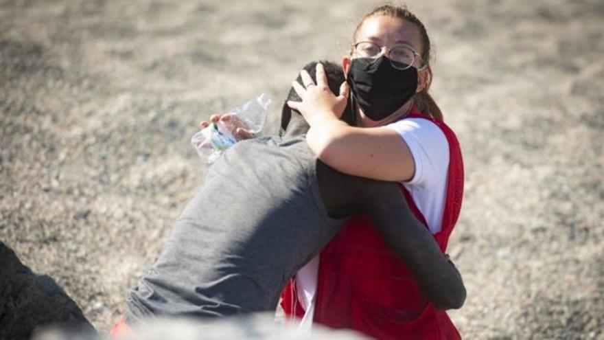 Luna Reyes, la voluntaria que consoló a un migrante en Ceuta, premio Emilio Barbón