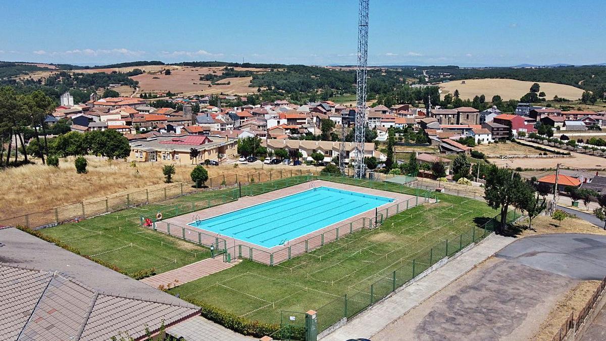 Piscina municipal de Alcañices junto a la que se habilitará una nueva zona de baño para niños.   Ch. S.