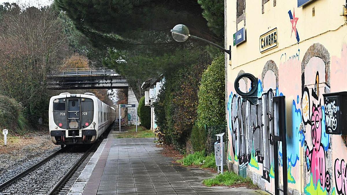 Estación de tren en Cambre, con un vehículo en las vías. |   // VÍCTOR ECHAVE