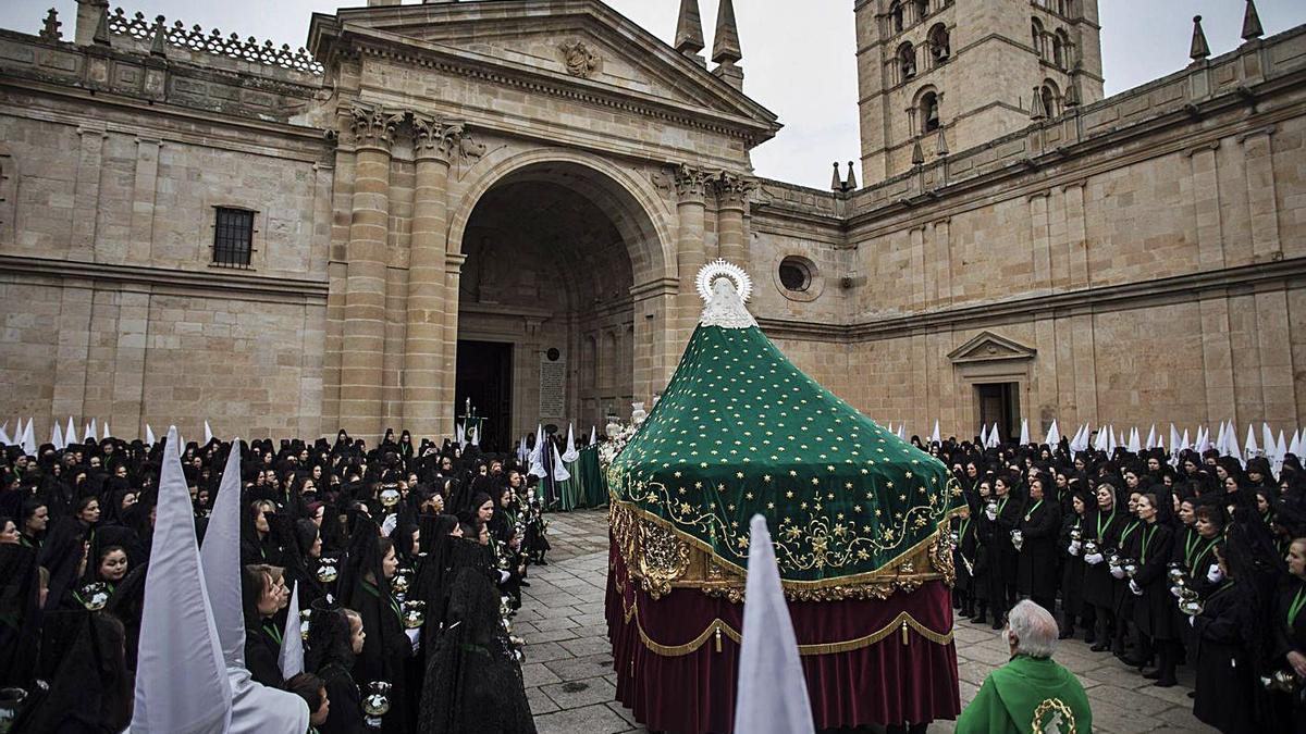 La Virgen de la Esperanza a su entrada a la Catedral el Jueves Santo de 2019.