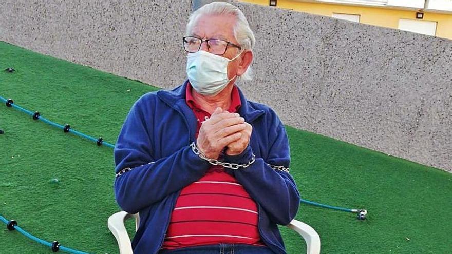 Un vecino de 73 años se encadena para reclamar su pensión de 300 euros