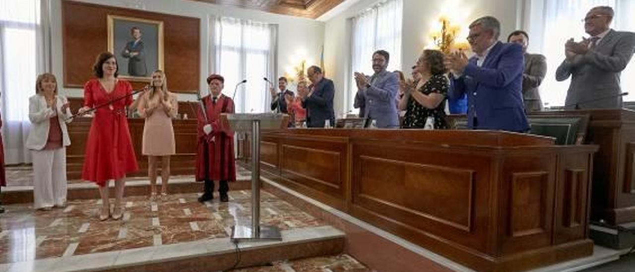 La bancada del Gobierno local de Gandia aplaude a la alcaldesa el día de la investidura.