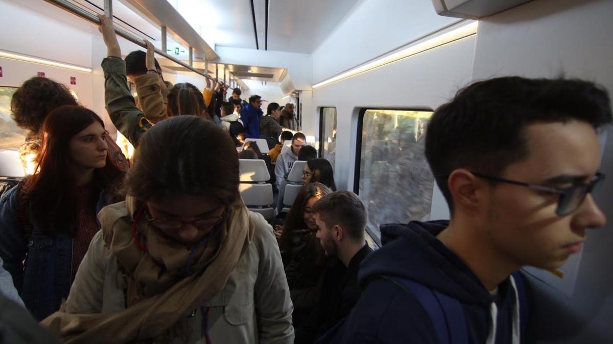 Renfe contabiliza 117 viajeros en las tres nuevas estaciones antes de mediodía