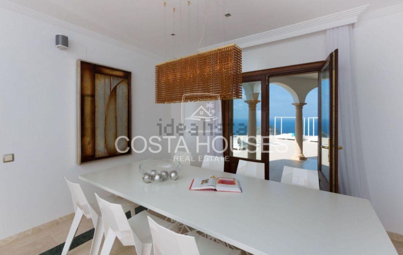 """La mansión es descrita por la agencia inmobiliaria como """" una villa de lujo frente al mar Mediterráneo, de arquitectura y elegancia imponente"""""""