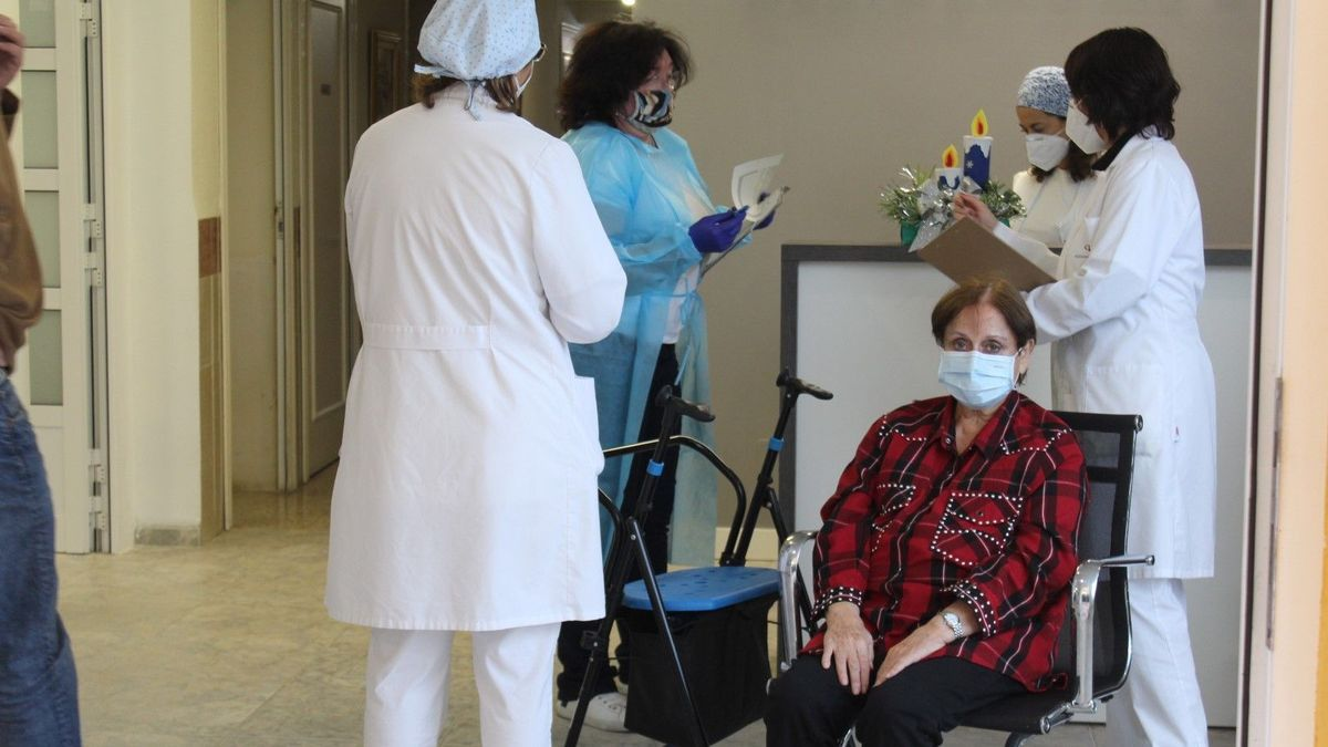 Momento de la vacunación en una residencia de mayores ubicada en la localidad de Benicàssim.