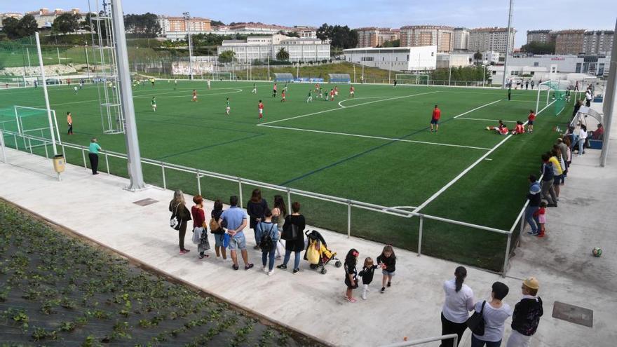 El Concello instala una marquesina en los campos de fútbol de Visma