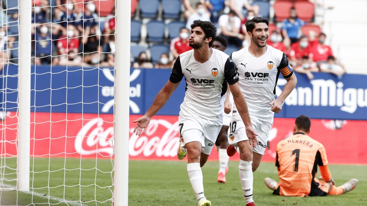 Guedes celebra su gol frente a Osasuna junto a Soler
