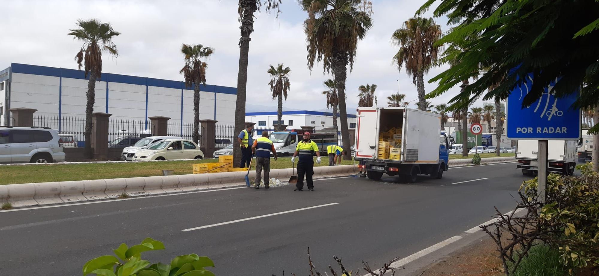 Un camión de refrescos vuelca su carga a la altura de Belén María