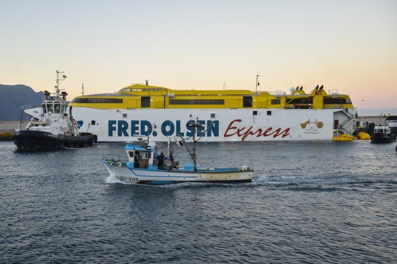El Fred Olsen averiado de Agaete a La Luz