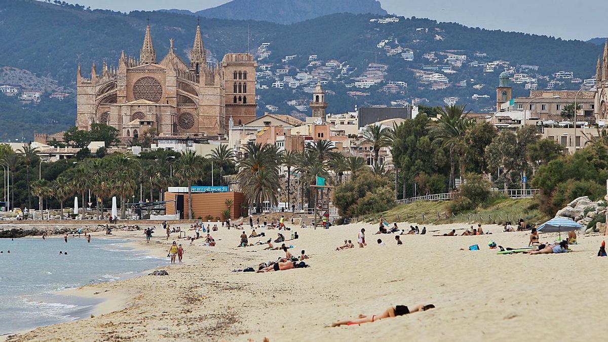 Una playa de Palma de Mallorca, con la catedral-basílica de la ciudad al fondo. | EUROPA PRESS/ISAAC BUJ