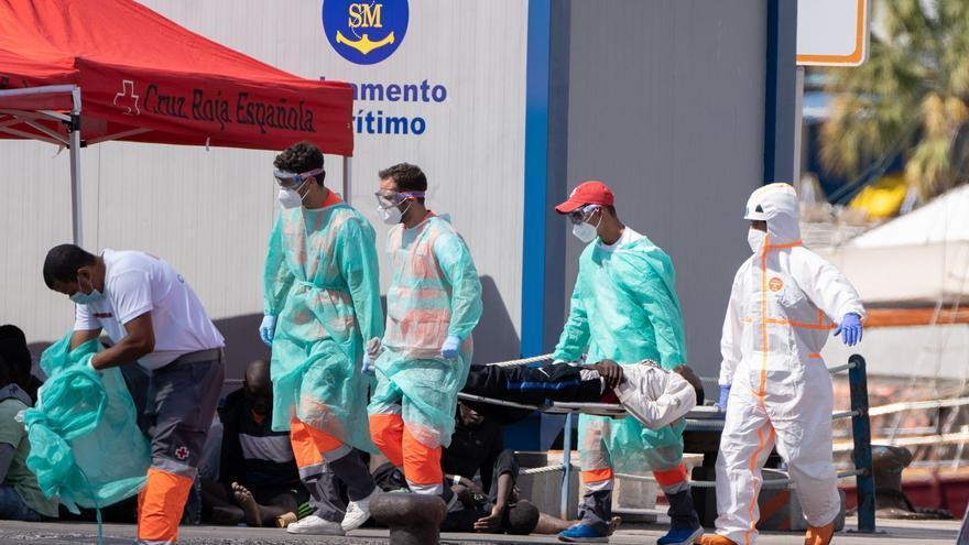 Suben a seis los ocupantes hospitalizados del cayuco avistado cerca de Tenerife