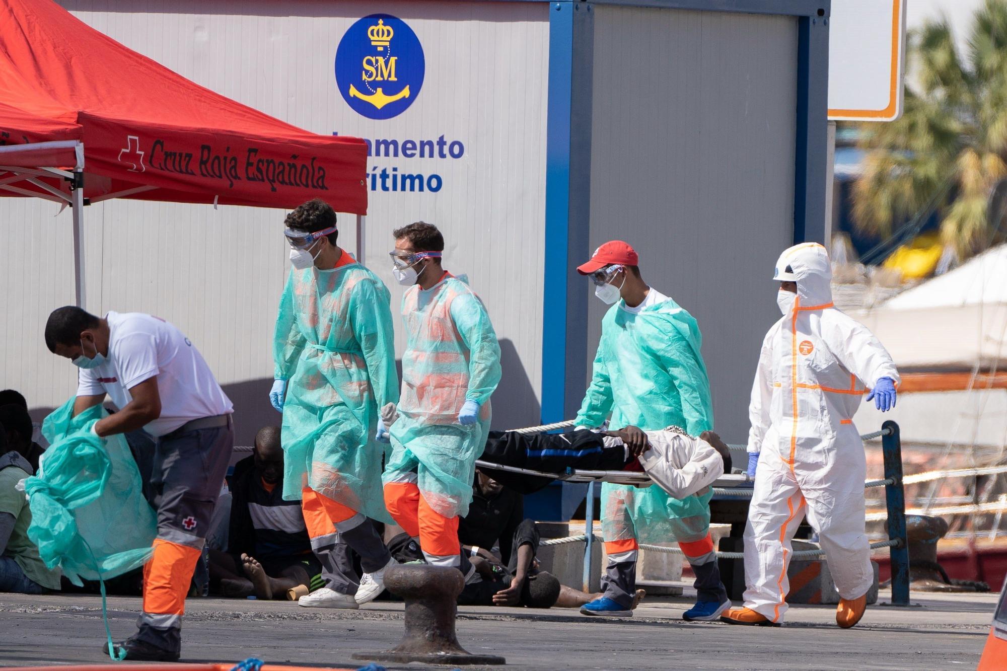 Tres ocupantes del cayuco avistado cerca de Tenerife, evacuados por deshidratación