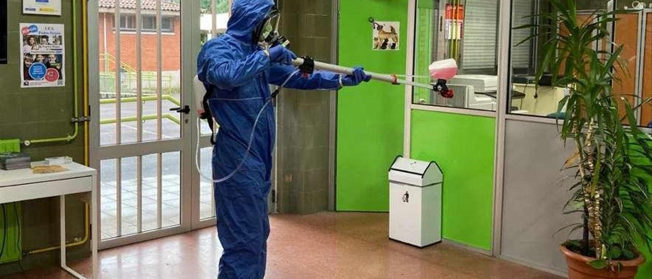 Labores de desinfección en un instituto de Gijón.