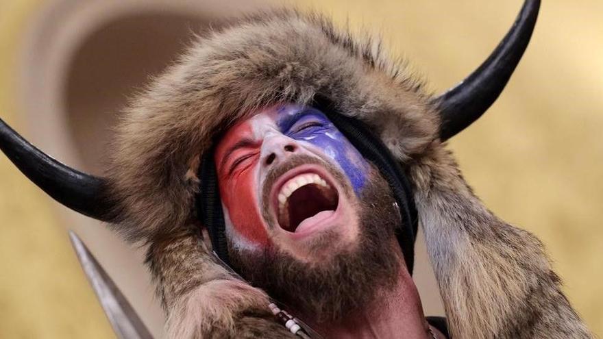 Qui és Jake Angeli, l'home disfressat amb un casc de bisó que ha irromput al Capitoli dels EUA?