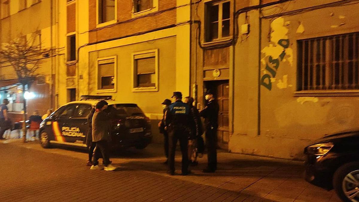 Los agentes hablan con la mujer que vive en el inmueble y con otros vecinos frente al edificio afectado.