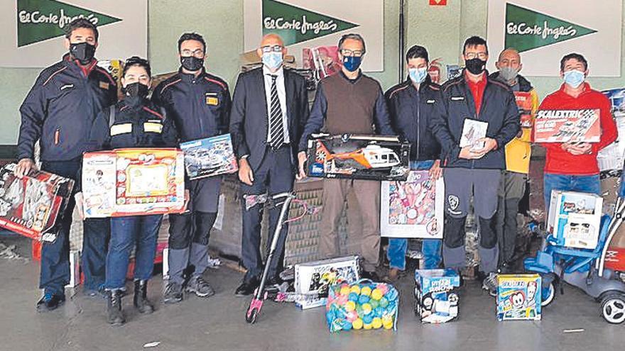 Donación de juguetes. El Corte Inglés dona 300 juguetes  a los Bombers de Mallorca
