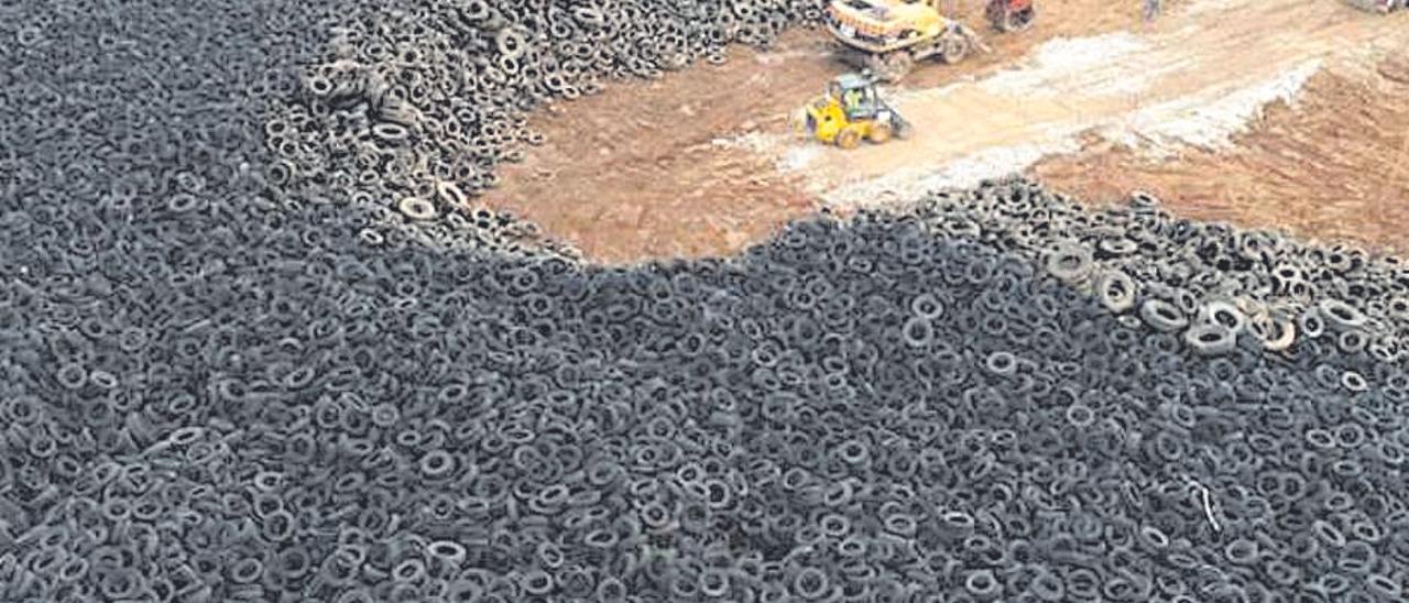 Vertedero de neumáticos vaciado y clausurado en Chiva.
