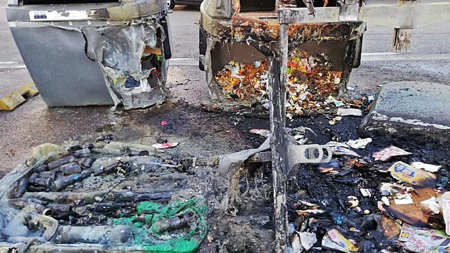 Arden cinco contenedores en el Polígono