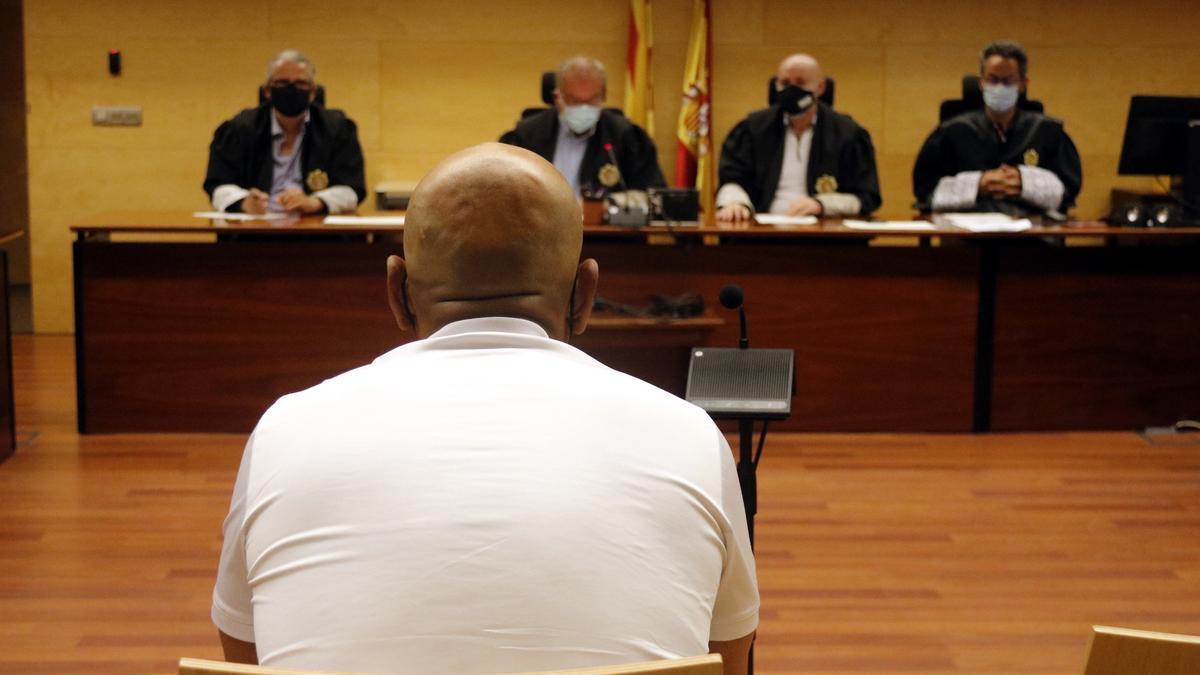 L'acusat d'intentar violar una noia a l'exterior d'un bar de Lloret de Mar davant el tribunal de l'Audiència de Girona.