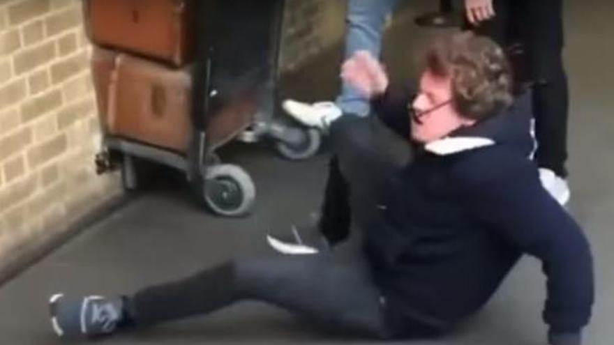 VÍDEO | S'estampa contra la paret intentant arribar a l'andana «9 i 3/4» de Harry Potter