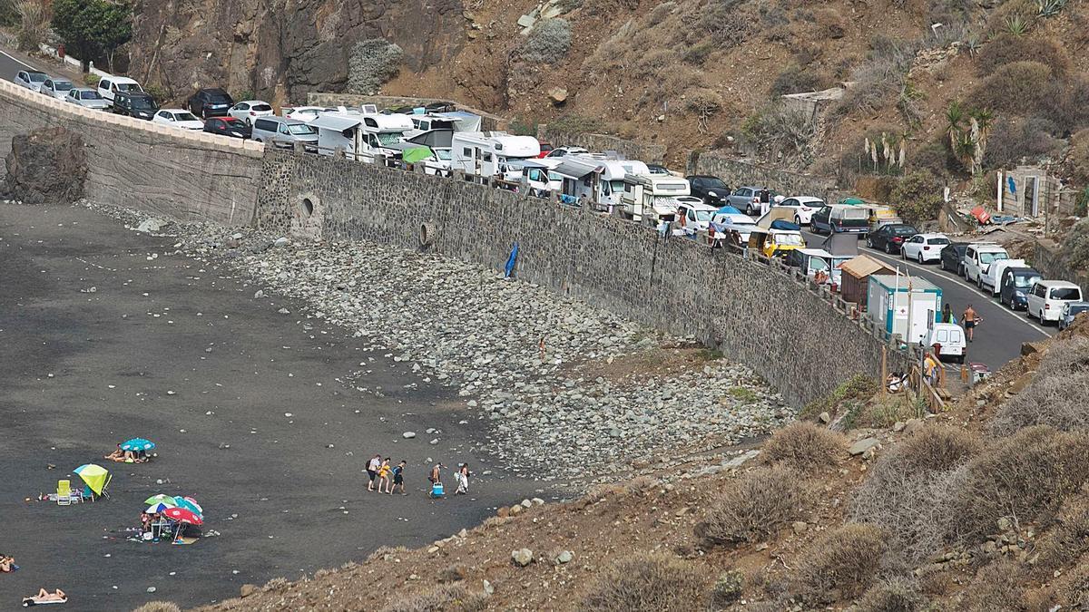 Numerosos vehículos estacionados en la playa de Almáciga, en Anaga, en el municipio de Santa Cruz de Tenerife.