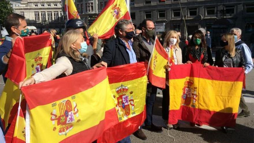 Caravana de banderas alrededor del Campo