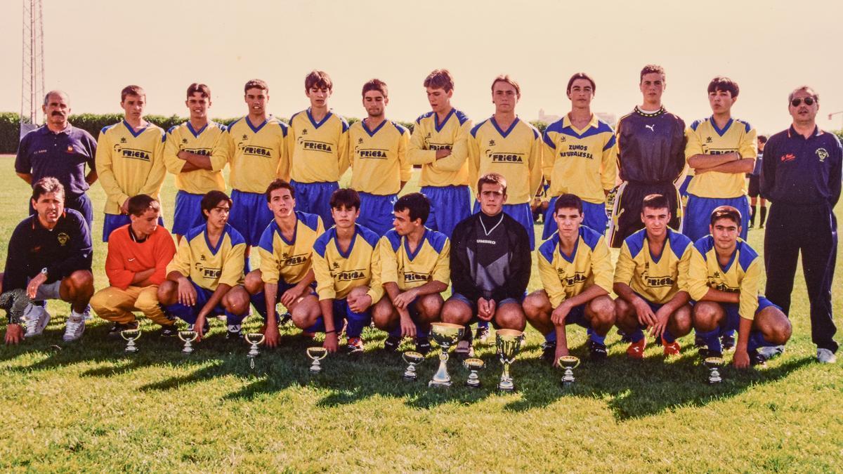 Plantilla al completo del equipo juvenil B del Rápid del año 1998.