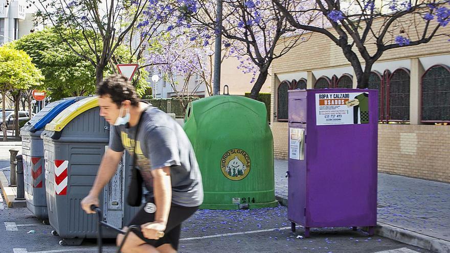 Los contenedores ilegales de ropa usada proliferan en Alicante ante la inacción del Ayuntamiento