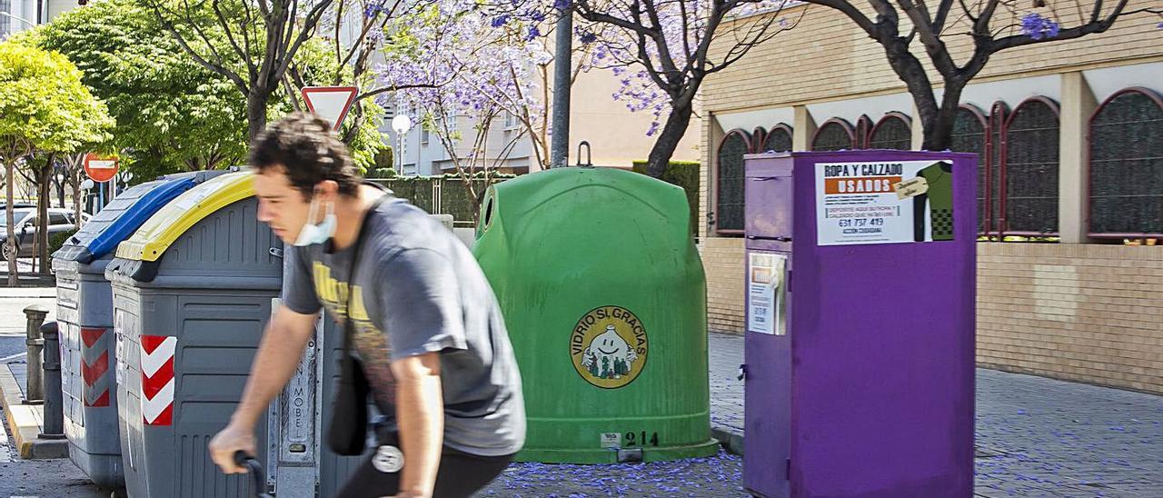 Un contenedor situado en la Albufereta, en la calle Deportista Juan Martos.    ALEX DOMÍNGUEZ