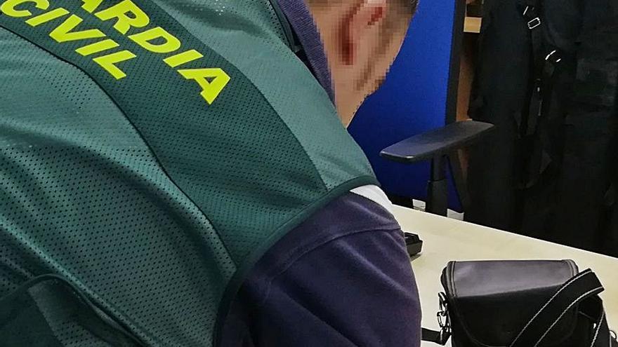 La Guardia Civil investiga a un varón por comprar una cámara robada