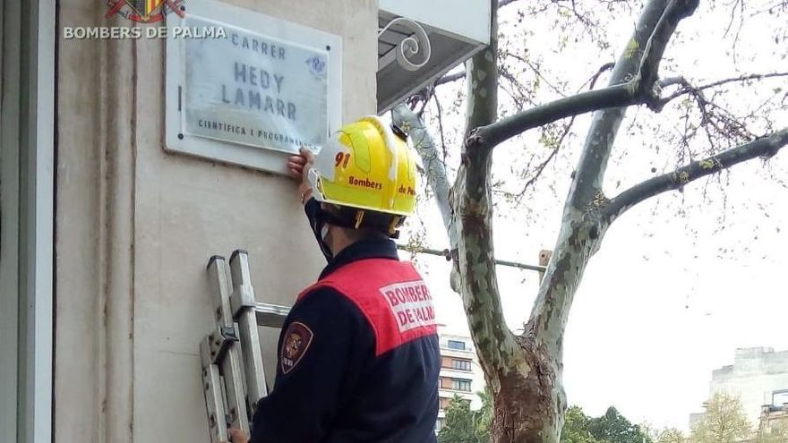 Policía y bomberos, movilizados para retirar carteles de una campaña feminista en Palma