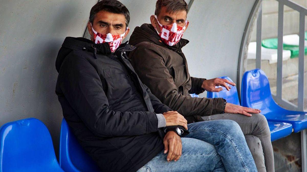 Los redondelanos Marcos y Jacobo Montes, en el banquillo del Municipal Luis Ramos.