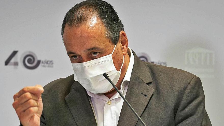 El consejero de Sanidad, Blas Trujillo, en un instante de la rueda de prensa para explicar el plan de choque     C.W LAURITSEN